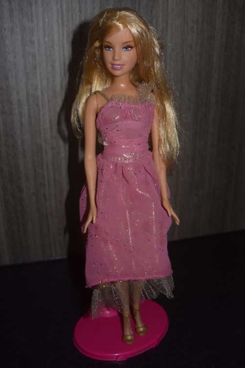 barbie pop met blond lang haar