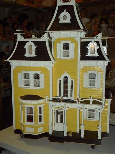 Vrij op naam victoriaans gemeubileerd poppenhuis te koop for Poppenhuis te koop